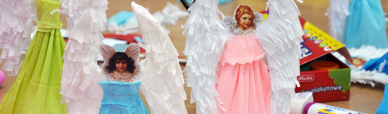 Anioły wykonane z papieru i bibuły.