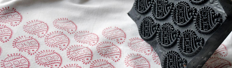 Tkanina z odbitym wzorem oraz klocek drukarski.