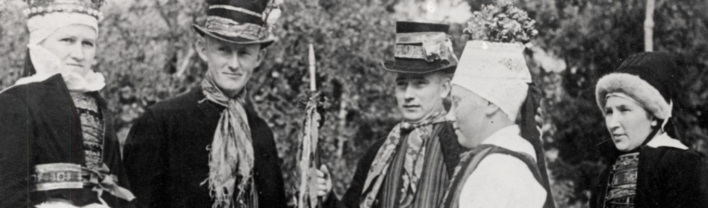 Zdjęcie archiwalne. Grupa jamneńczyków w tradycyjnych strojach.