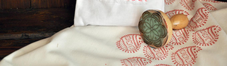 Tkanina z odbitym wzorem oraz stempel.