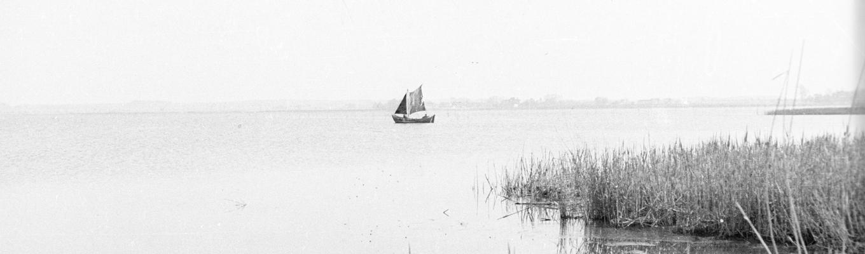 Zdjęcie archiwalne. Niewielka żaglówka na jeziorze Jamno.