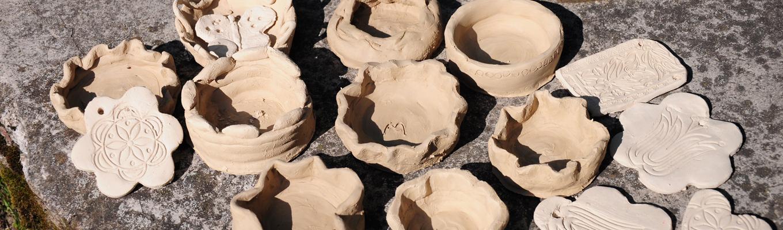 Miseczki i dekoracje wykonane z gliny.