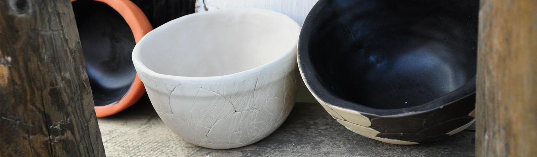 Trzy różnej wielkości i koloru miski ceramiczne