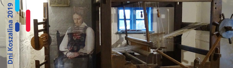 Po lewej stronie tekst: Dni Koszalina 2019. Na zdjeciu wnętrzne warsztatu tkackiego z dominującym krosnem.