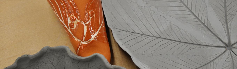Fragmenty naczyń ceramicznych w różnych kolorach.