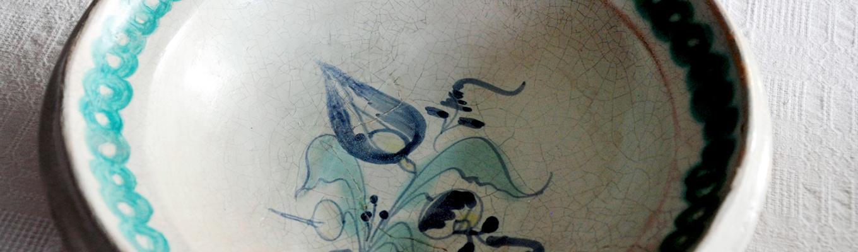 Fragment ceramicznego naczynia tak zwanego Stettiner Ware z motywem roślinnym.