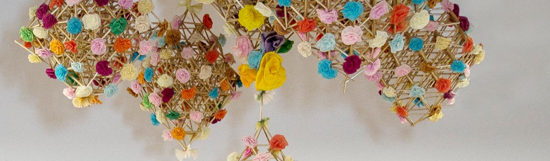 fragment kolorowego żyrandola wykonanego z bibuły i patyczków