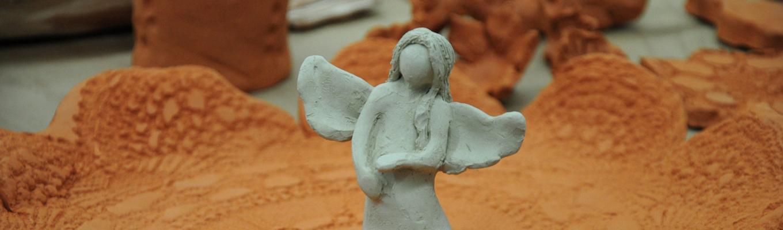 aniołek wykonany z białej gliny