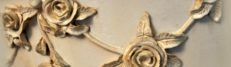 fragment kafla ceramicznego z elementem dekoracyjnym w kształcie róży