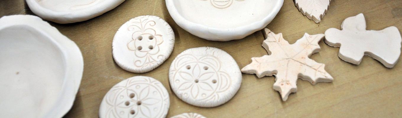 listek, guzik, miska wykonana z gliny
