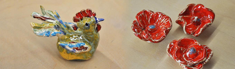 ceramiczny kogucik i kwiatki maki