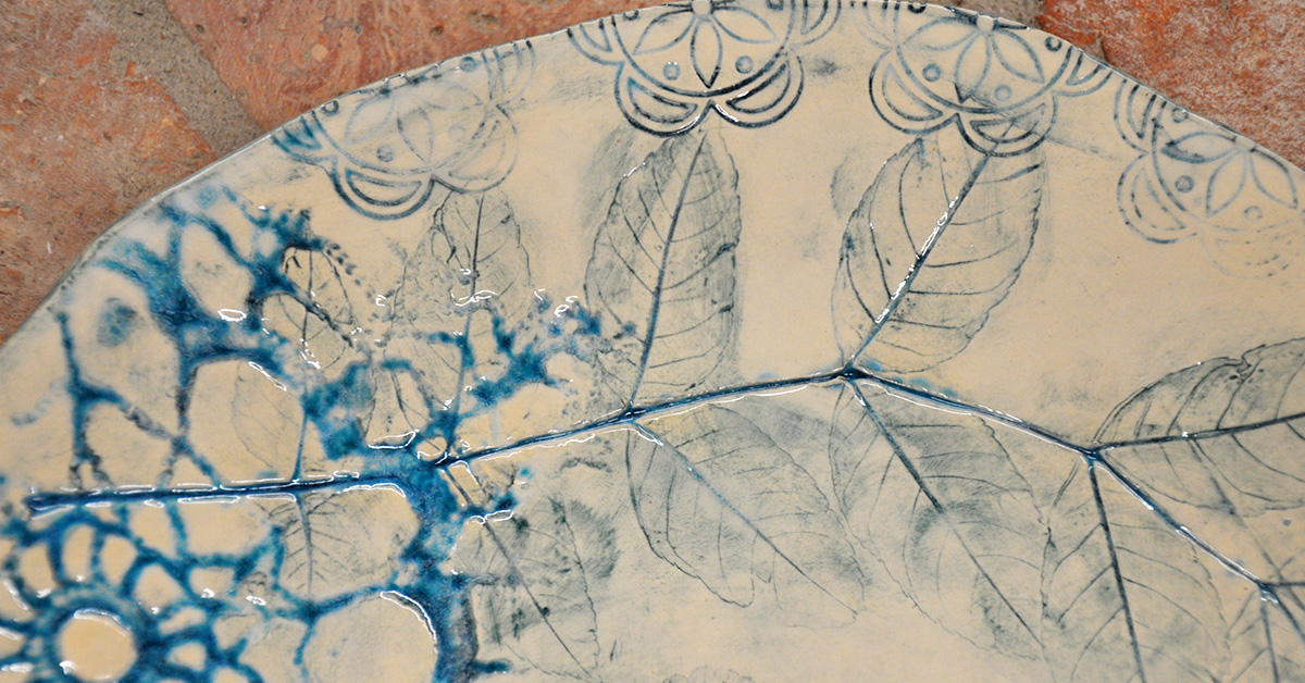 fragment ceramiki wykonanej z białej gliny z niebieskimi wzorami