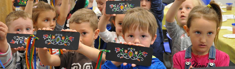 grupa dzieci, dzieci w dłoniach trzymaja deseczki