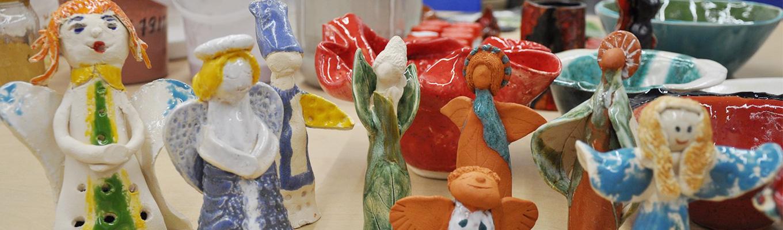 wykonane z ceramiki kolorowe aniołki,