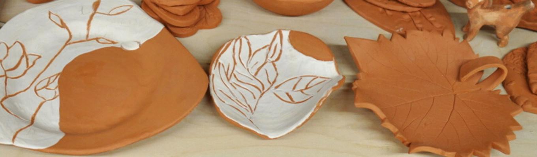 fragment ceramiki pokrytej szkliwem przed wypałem