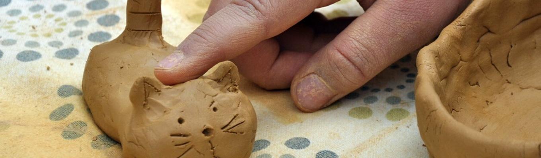 kotek ulepoiny z gliny przez dziecko