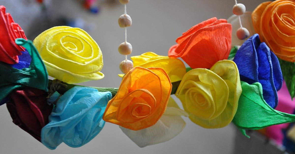 kwiatki zrobione z kolorowej z bibuły