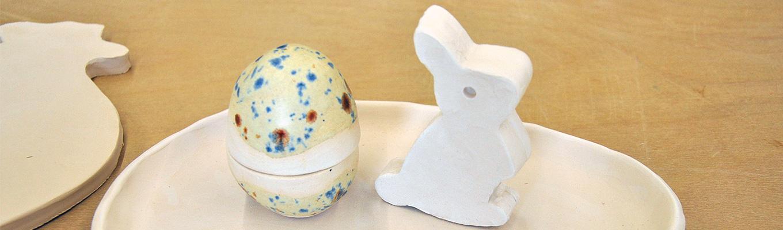 ceramiczne jajko i zajączek