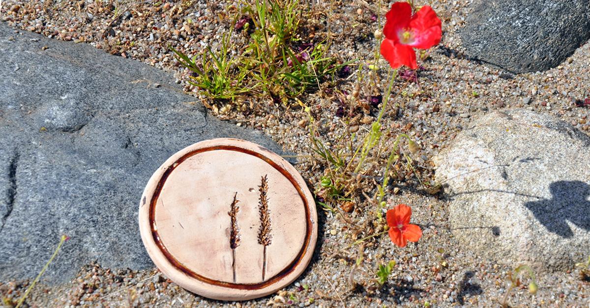 patera wykonana z gliny z motywem roślinnym