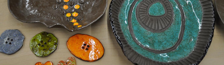 zdobione ceramiczne talerze i kolorowe guziki wykonane na warsztatach