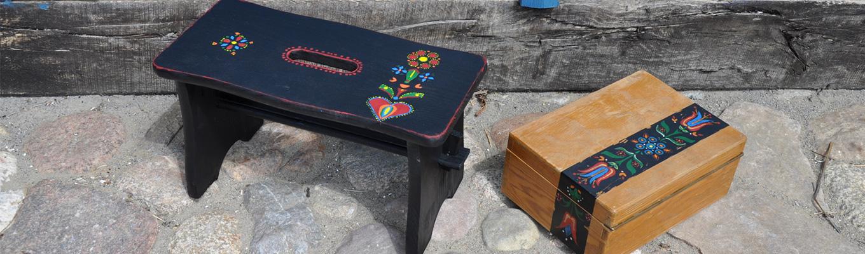 pięknie pomalowany w jamneńsie wzory czarny stołek i szkatułka